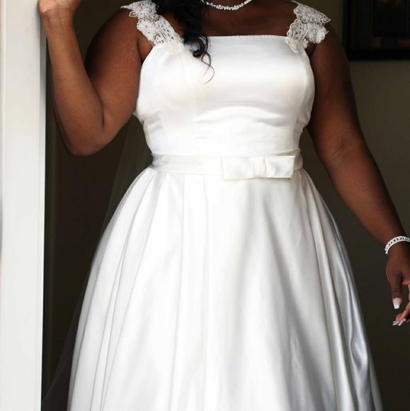 Dresses & Skirts - Plus size Ivory wedding dress